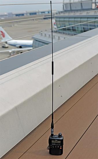 COMET×CQOHMコラボアンテナ「AIR-51」。全長51cmと長いが性能はバツグン!