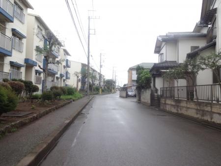 003住宅街を・・・通り雨