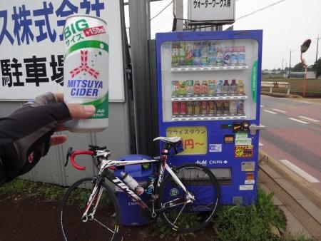 062途中、ボトルの水がなくなったので、自販機で三ツ矢サイダーBIGを補給