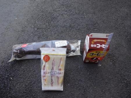 017新発売の黒いちぎりパンとサンドイッチ、コーヒー牛乳を補給、9時10分