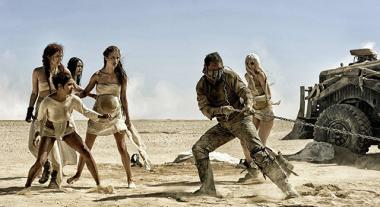 『マッドマックス 怒りのデス・ロード』 イモータン・ジョーの妻たちは鎖につながれたマックスと格闘する。このシークエンスもよかった。