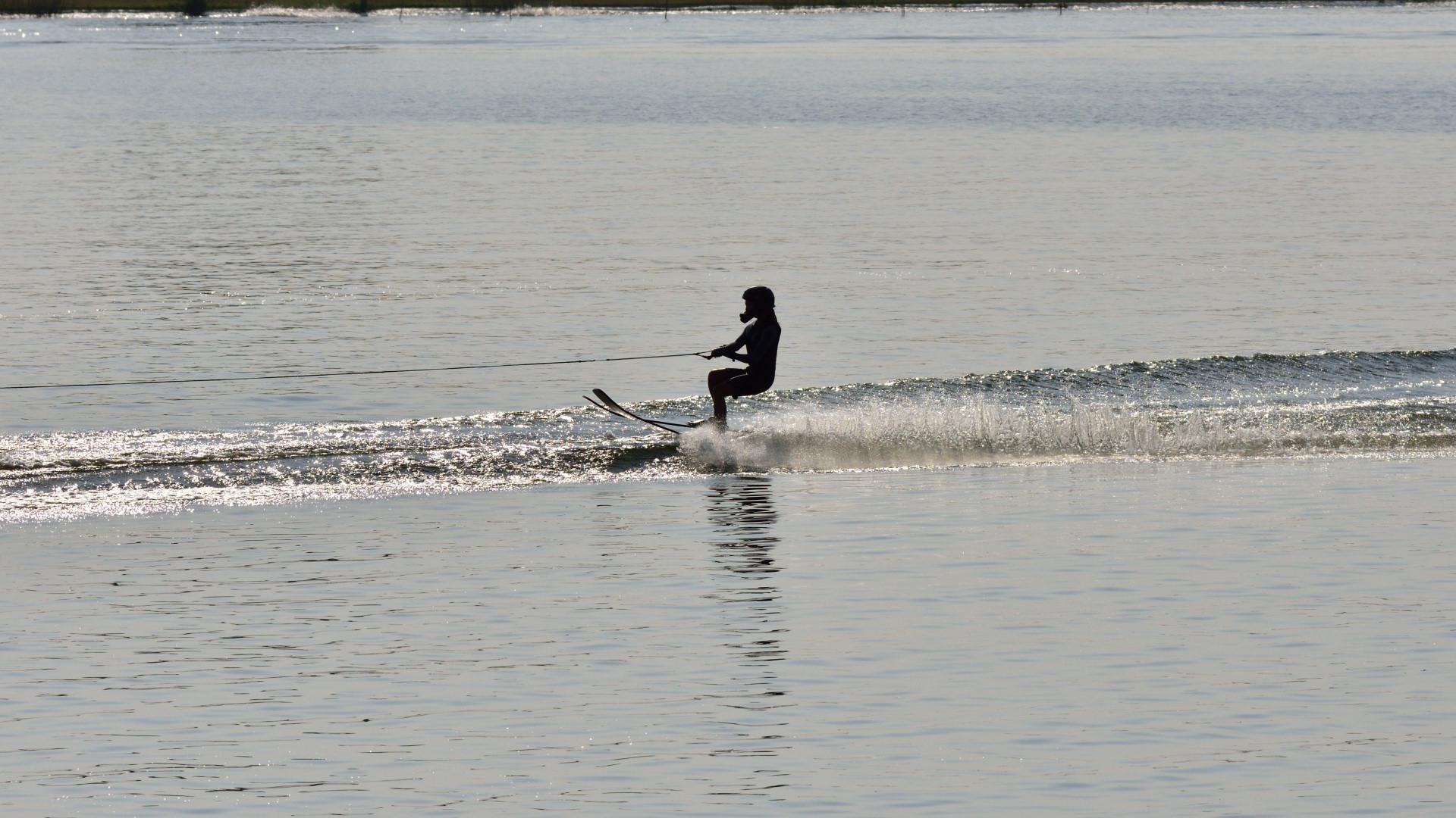 右岸接近の水上スキー、ようやく撮影