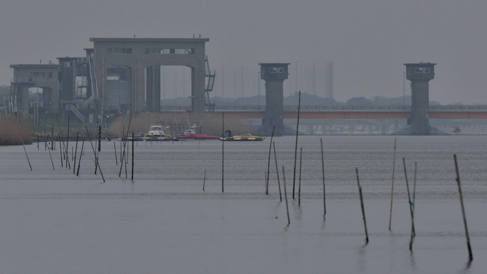 午後、常陸川水門は閉じたが北東の風