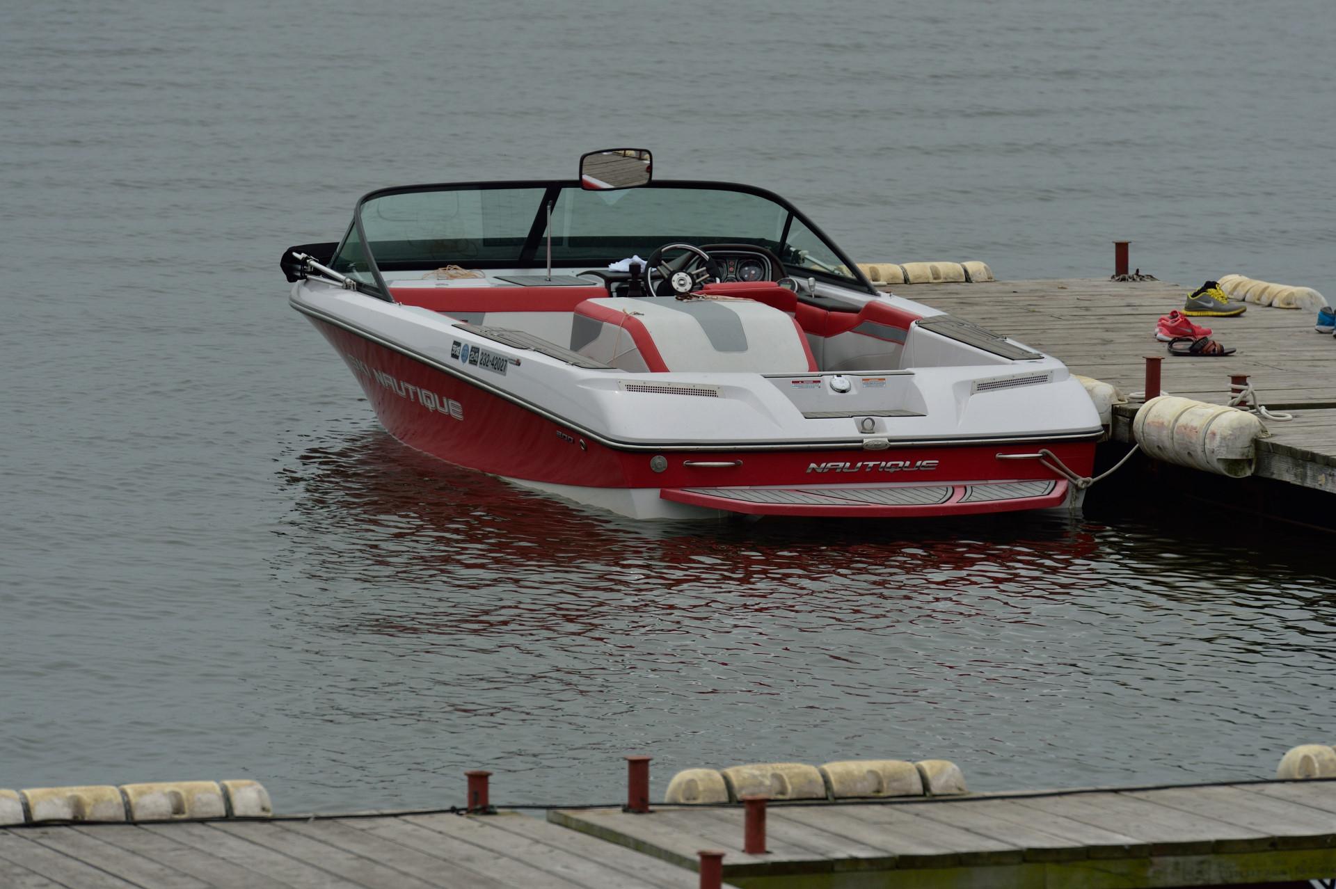 赤の競技用ボート