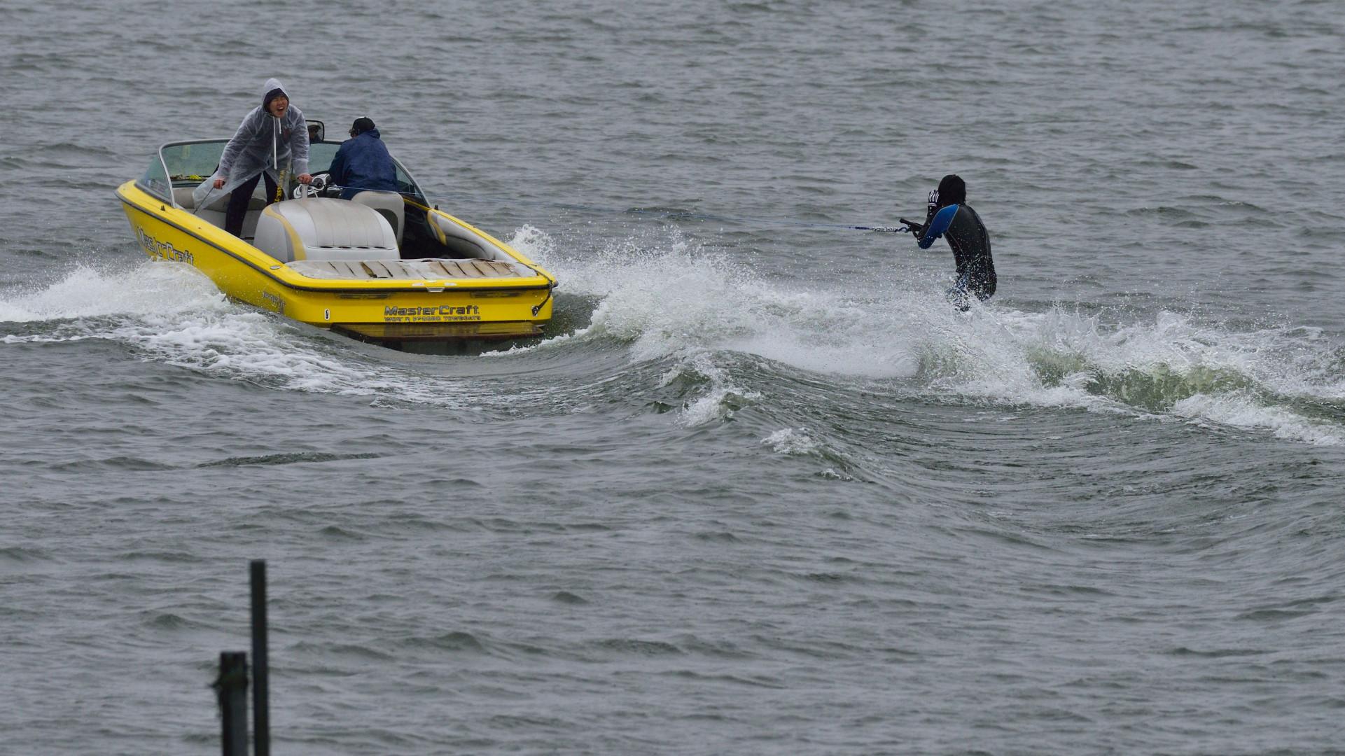 水上スキー、一旦休止の指示!