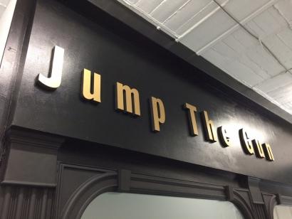 JumpTheGunファサード看板