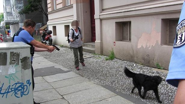 ベルリン 警察官 犬 射殺