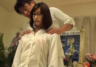 (秘密撮影)ただの腰痛と肩こりなのに、まんこの奥まで突っ込まれたK応大学病院のエリート女医