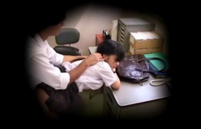 (強姦秘密撮影)絵に描いた様な清純おさげの少女10代小娘を萬引き理由に事務所でハメ倒しナカ出し制裁