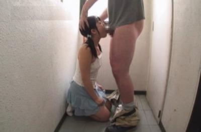 >鬼畜教師が職員室でパイパンまんこにちんこ挿入…