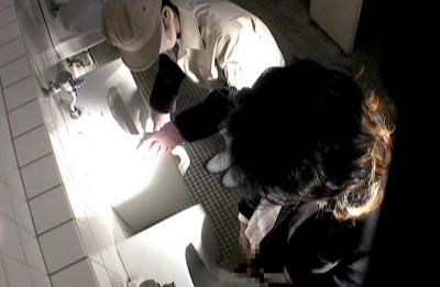 秘密撮影☆トイレ掃除中のおばさんに巨大チンポ見せつけ口説いた結果