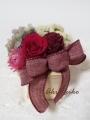 赤いリボンとドルチェピンクのバラのアレンジメント