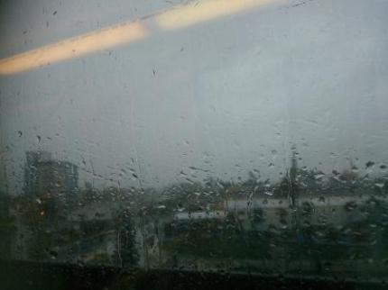 大雨の中電車で