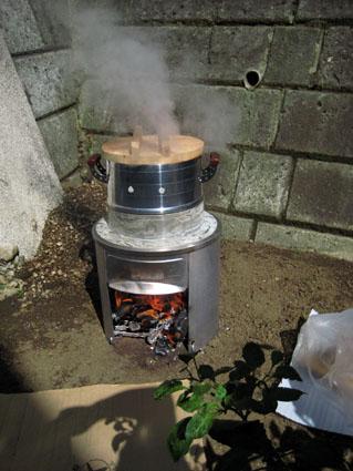 お釜で餅米を蒸す