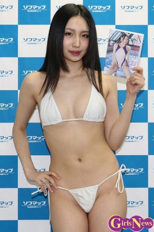 「ジャケット写真は新宿にある有名なあのプールです」17歳宇佐美りお、大胆ビキニで挑発