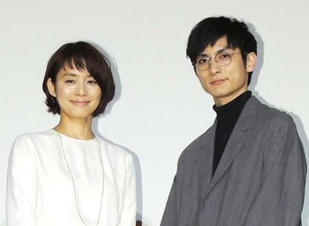 石田ゆり子(45)、映画で共演した高良健吾(27)といいムード 週刊誌記者「恋仲としか思えない」