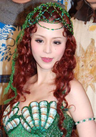 平野綾、衣装に胸パット6枚  ユースケ・サンタマリアら共演者にいじられ赤面