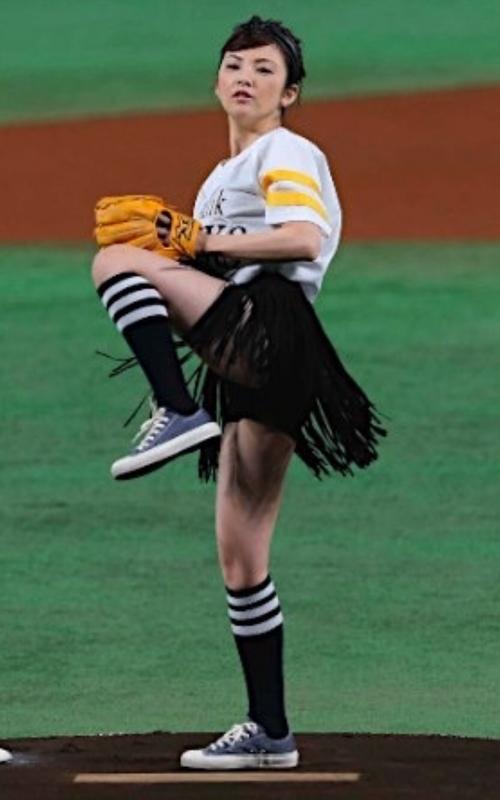 田中麗奈が「ミニスカ美脚」始球式 惜しくもノーバンならず