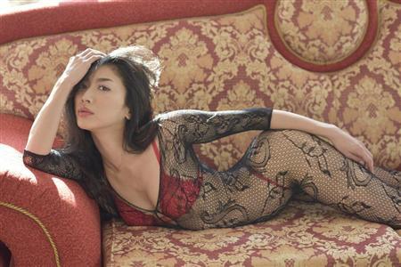 歌手の八反安未果(34)、セクシー写真集を発売 「夢の紅白出場に近づけるように頑張ります!」