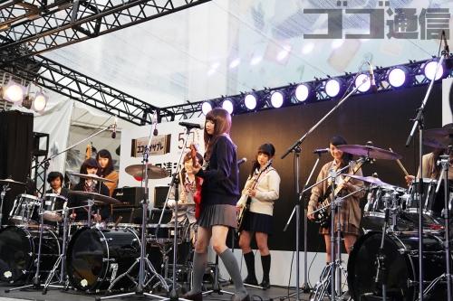 『五五七二三二〇』というアイドルが雨の中新宿でライブ オタクびしょ濡れで「うおおぉぉぉ!!」