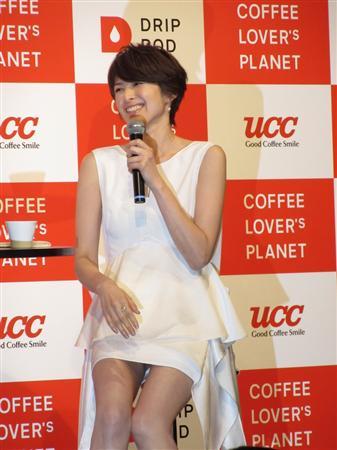 吉瀬美智子、美脚あらわに「コーヒー愛」熱弁!…「誘惑に負けてしまう」「やめられないです」