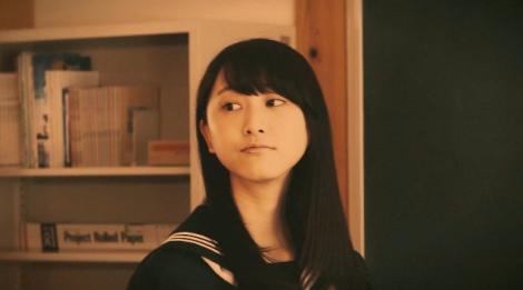 松井玲奈、セーラー服姿を披露 WebCMで迫真の演技