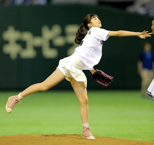 モー娘・牧野、自前ユニホームで初始球式 大暴投で悔し涙