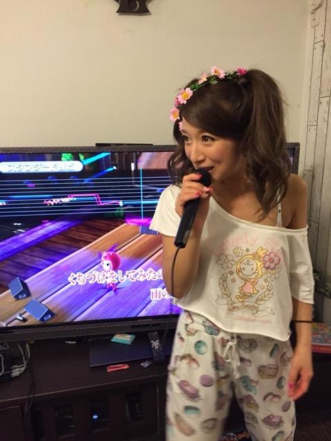 辻希美、つんく声帯摘出公表の翌日にブラ紐あらわにセクシーカラオケ大会!