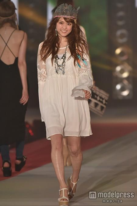 乃木坂46松村沙友理、「CanCam」モデルとして初ランウェイ 透けワンピ&キュートな笑顔で観客虜に