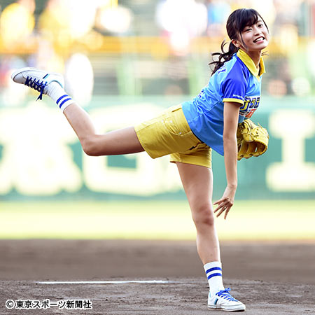こじるり喜び爆発!ショートパンツ姿でノーバン投球大成功…阪神-巨人戦「ファーストピッチセレモニー」