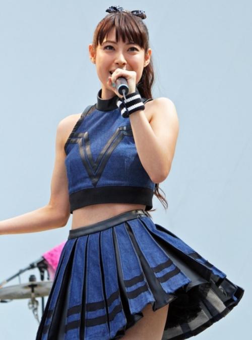女優の瀧本美織さんがミニスカへそ出しで熱唱