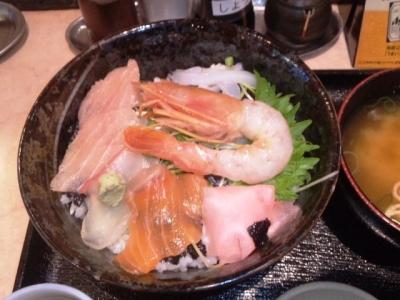 150301エキナカ酒場シオヤ海鮮丼大480円薄い造り