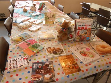 新着図書やスイーツ・お弁当のレシピ本を並べてみました_convert_20150617152812