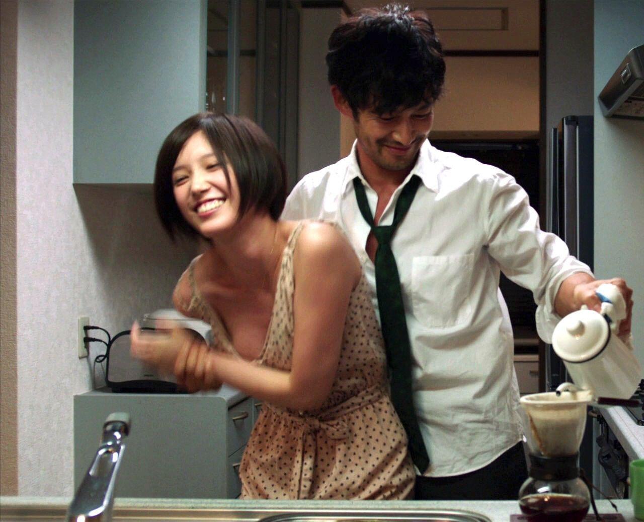 映画「ニシノユキヒコの恋と冒険」の本田翼と竹野内豊 本田翼の胸がぽろりしてる