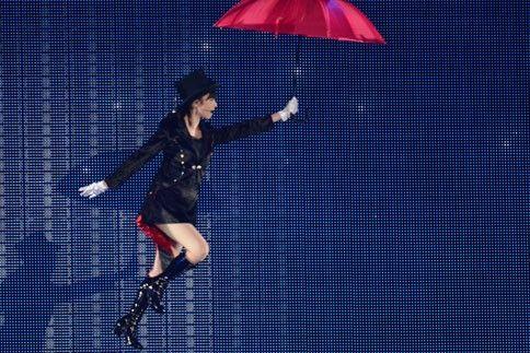 コンサートでワイヤーで吊られる島崎遥香
