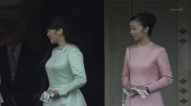 皇居・宮殿で一般参賀を行った眞子さまと佳子さまの胸