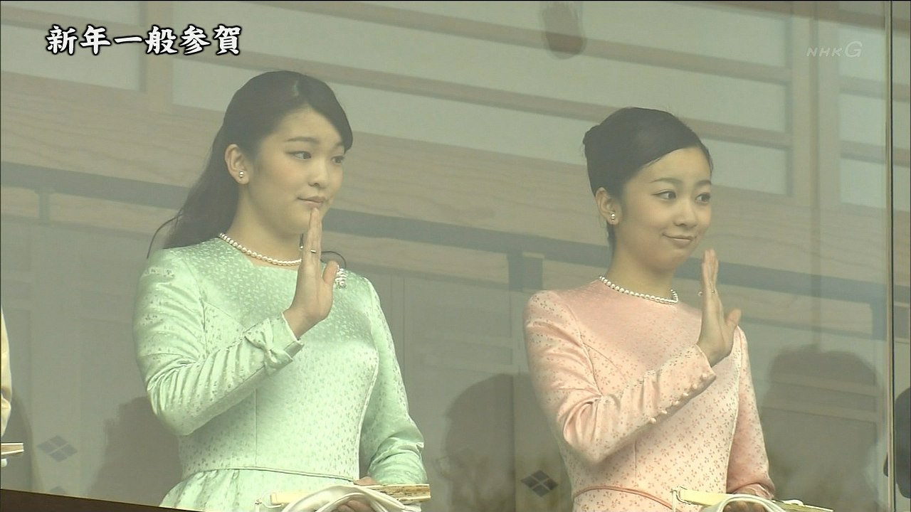 皇居・宮殿で一般参賀を行った眞子さまと佳子さま