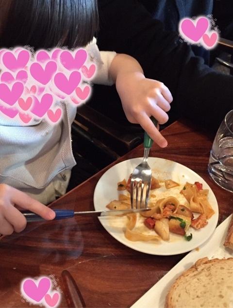 テーブルに写りこんだ神田うのの娘の顔