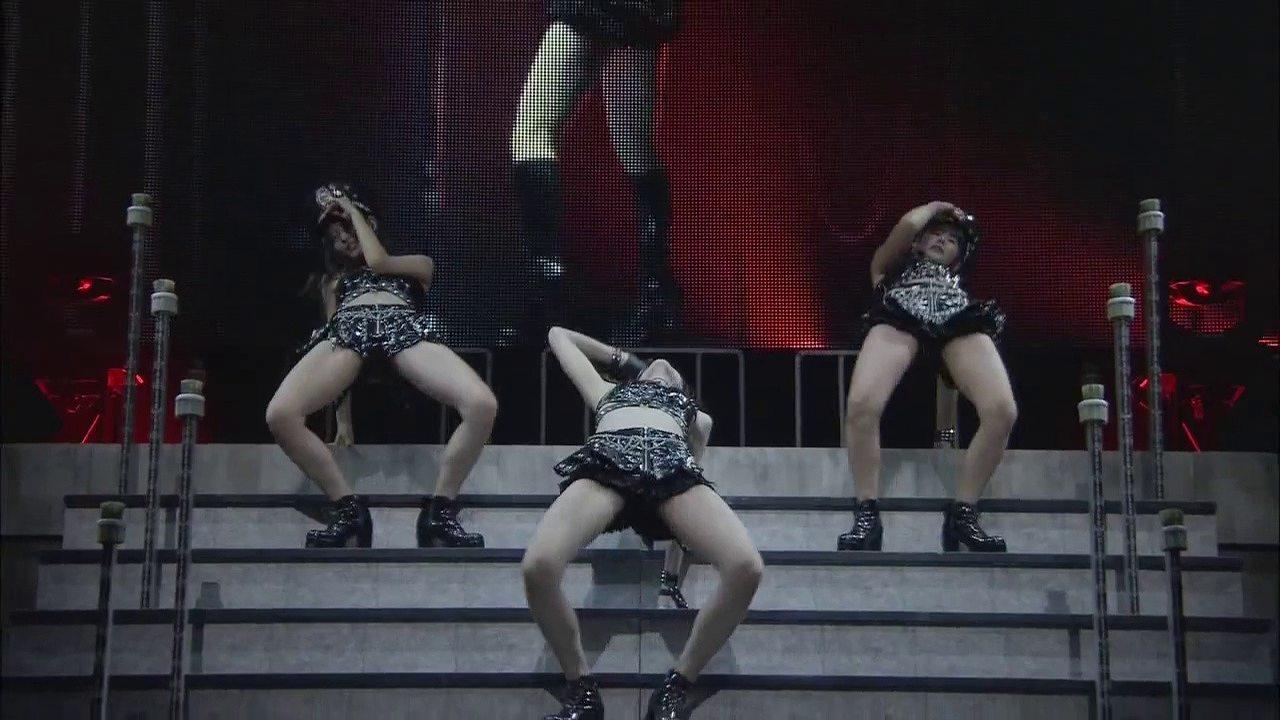 ℃-uteがライブでしたセクシーなダンスパフォーマンス
