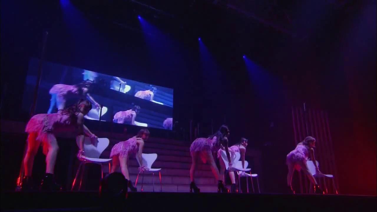 ℃-uteのライブ、椅子を使ったセクシーなパフォーマンス(鈴木愛理ほか)