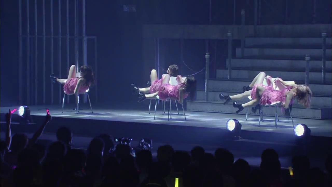 ℃-uteのコンサート、椅子を使ったセクシーなパフォーマンス