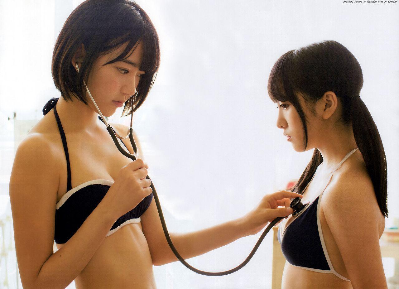 ビキニ水着姿でお医者さんごっこする宮脇咲良と向井地美音のグラビア
