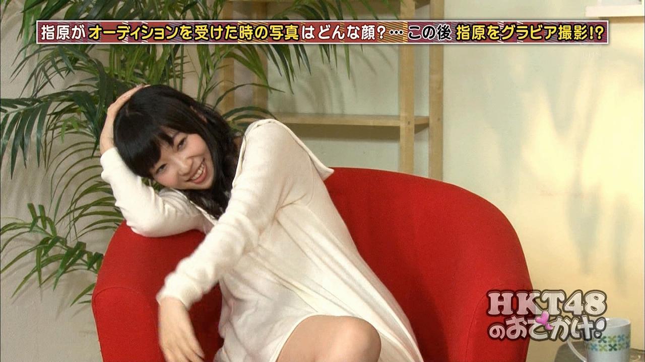 「HKT48のおでかけ!」でグラビア撮影のセクシーポーズをする指原莉乃
