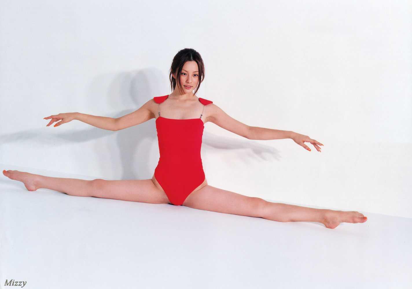 赤いレオタードを着て開脚する米倉涼子