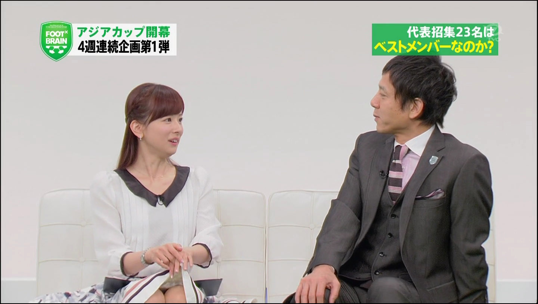 サッカー番組「FOOT×BRAIN」でミニスカートを履き、自らスカートの端を持ち上げる皆藤愛子