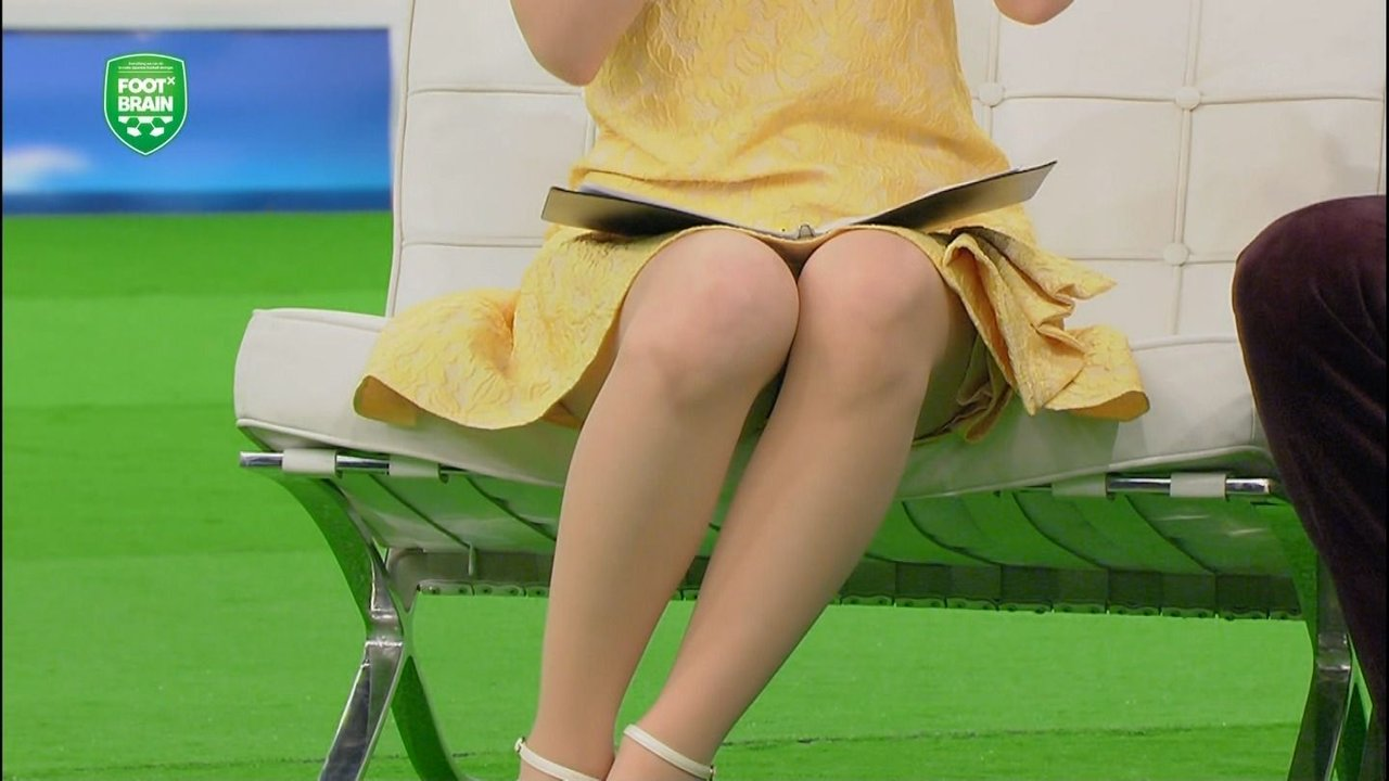 サッカー番組「FOOT×BRAIN」でミニスカートを履きパンチラしてる皆藤愛子