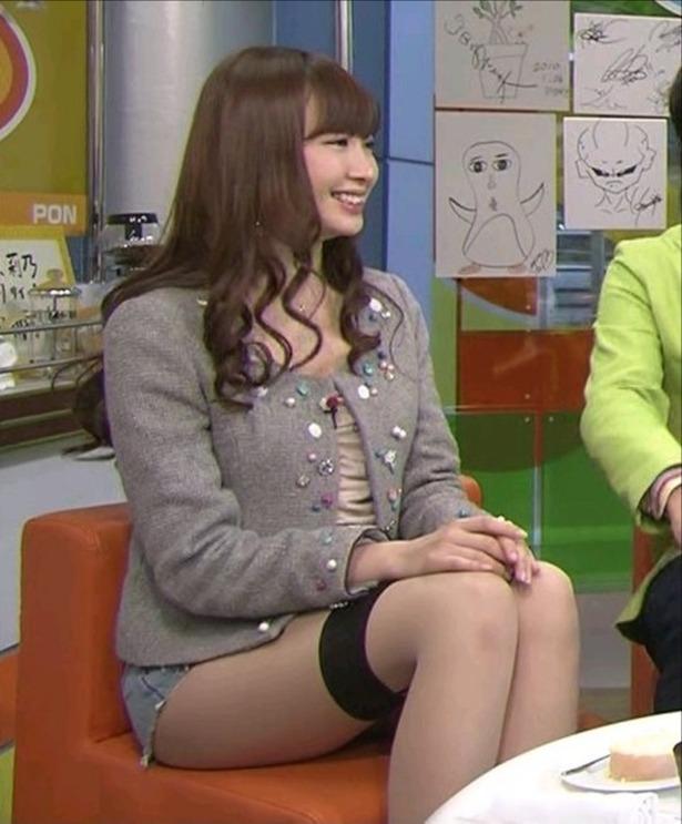 PON!に出演した小嶋陽菜がミニスカート過ぎてパンチラ