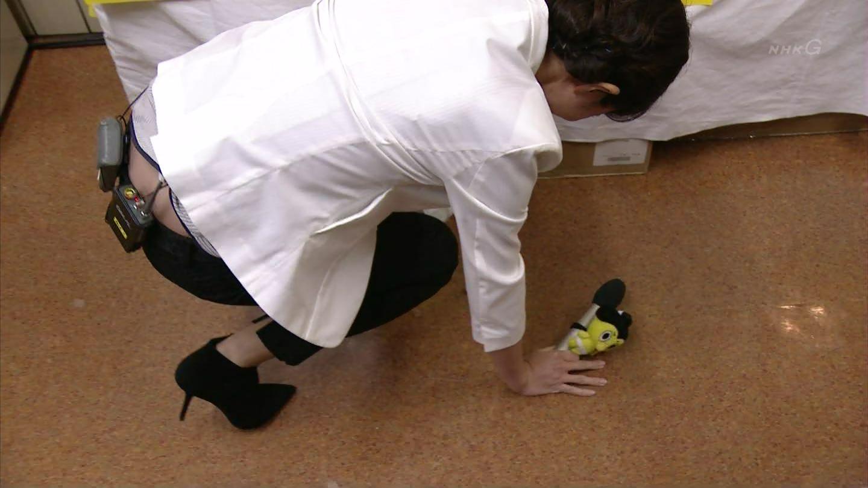 NHK『大相撲初場所』のリポートで落としてしまったあんみつを拾う平井理央、お尻の割れ目が見える放送事故