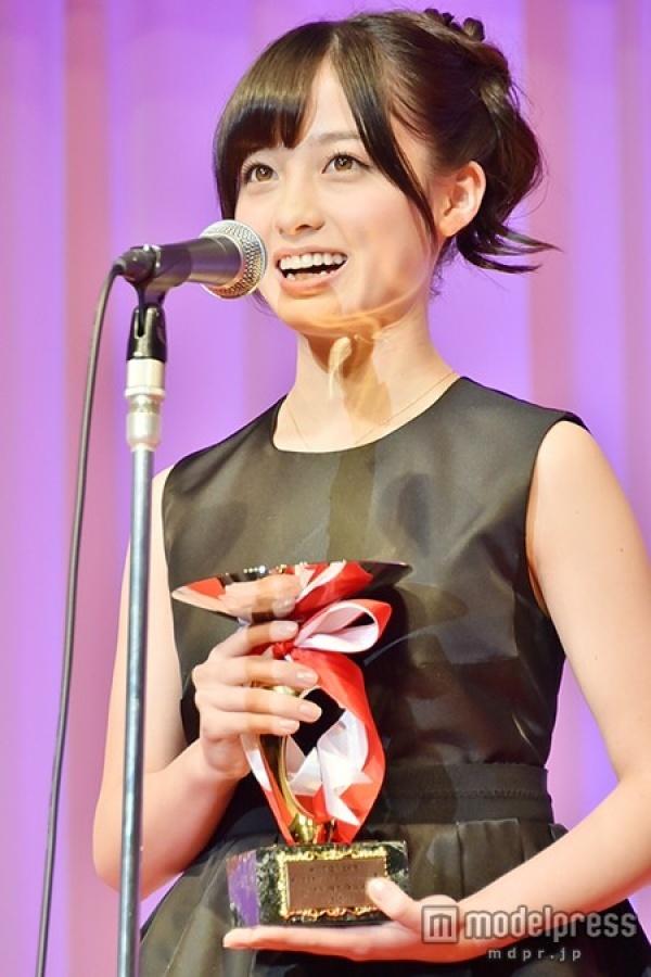 「第26回 日本ジュエリーベストドレッサー賞」を受賞し、表彰式に登壇した橋本環奈