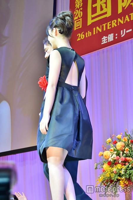 背中がざっくりあいたブラックのミニドレスを着た橋本環奈